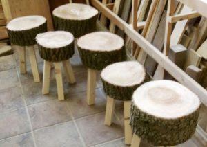 Krukjes van boomstam bij Winkel van Rie